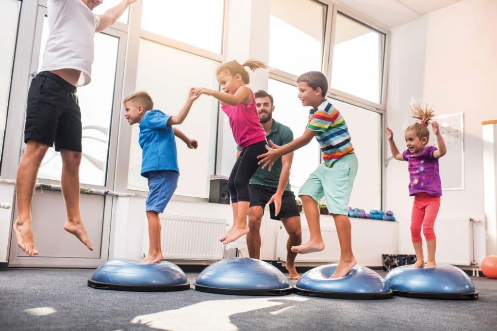 Kinder sind laut. Mit einer guten Raumakustik lässt sich der Lärm jedoch reduzieren.